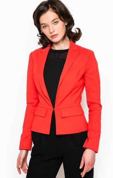 Красный пиджак с застежкой на крючок